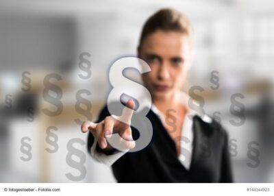 Frau zeigt mit Finger auf Paragrafen