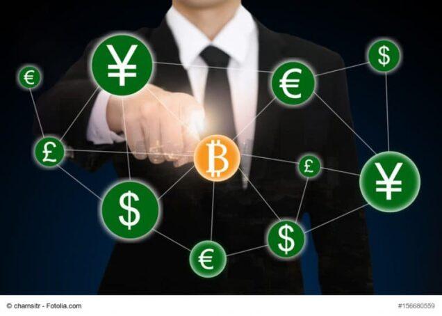 """Mann tippt mit dem Finger auf ein """"B"""" für Bitcoin"""