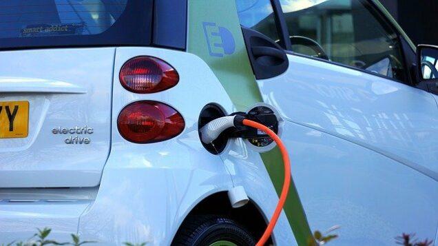 Elektroauto an Stromtankstelle
