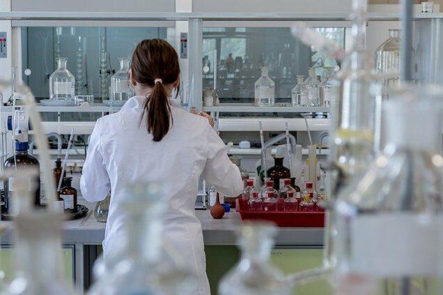 Wissenschaftlerin bei Test im Labor
