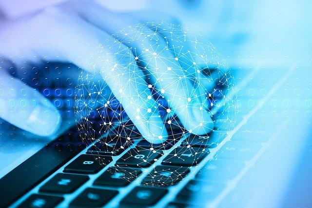 Hand auf einer Computertastatur