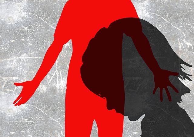 Schatten eines Kinder vor einem erwachsenen mit erhobener Hand