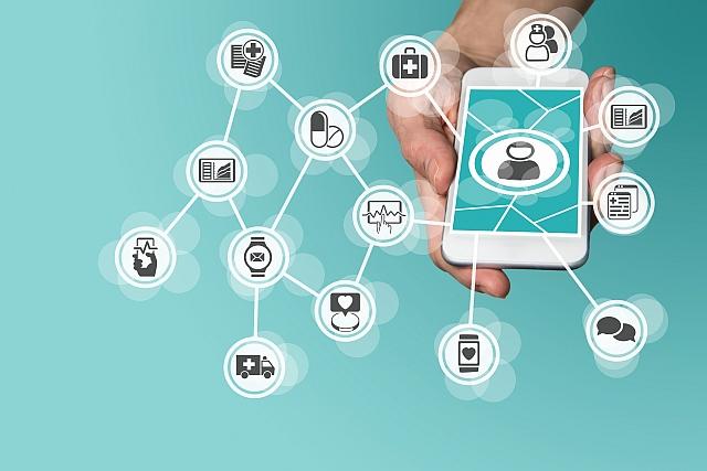 Hand hält ein Smartphone über dem ein digitales Netzwerk liegt