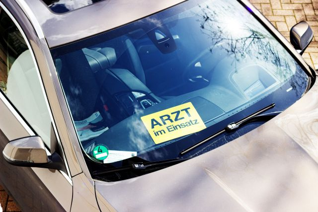 """Auto mit Schild """"Arzt im Einsatz"""""""