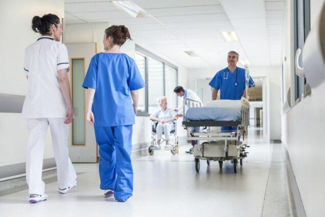 Pfleger und Krankenschwester auf Krankenhausflur