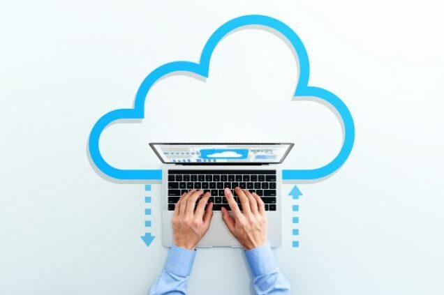 Laptop und eine Wolke in Hintergrund