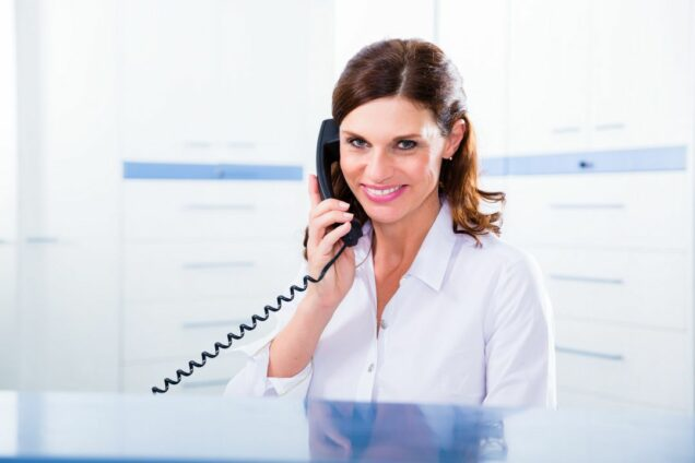 Arzthelferin am Telefon