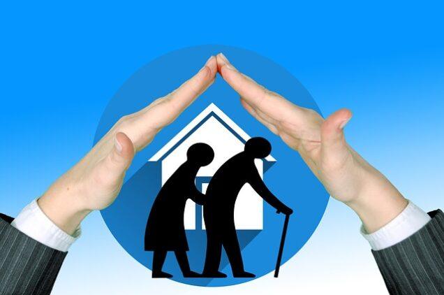 Senioren mit schützender Hand über ihnen