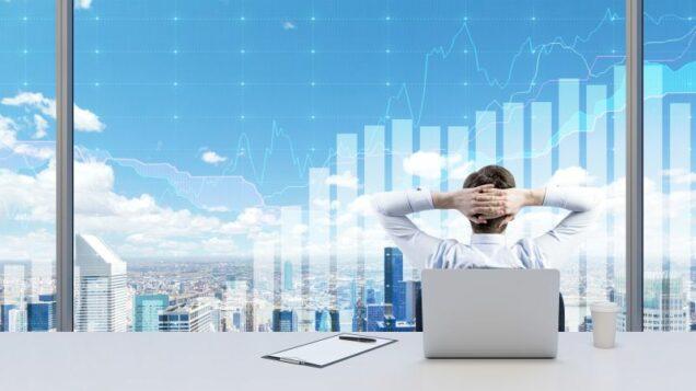 Business-Mann vor Grafik zur Geschäftsentwicklung
