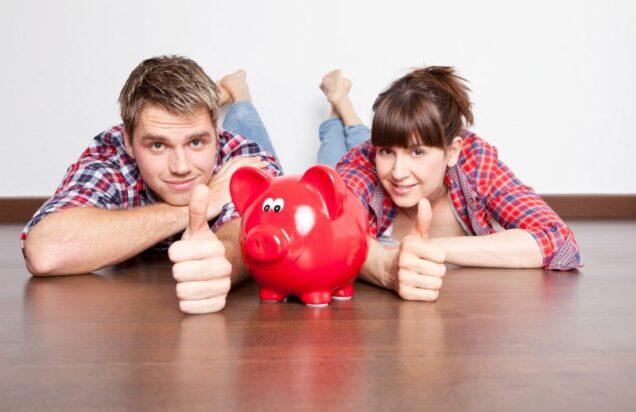 Paar mit Sparschwein und Daumen nach oben
