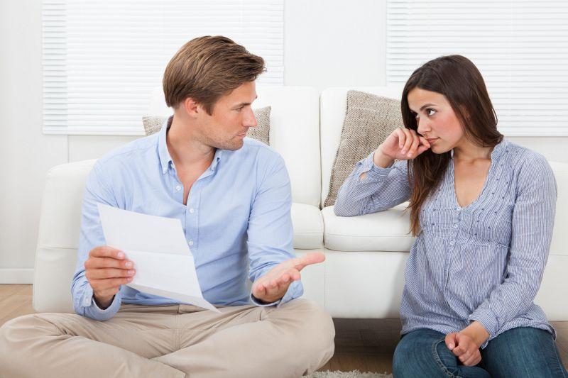 Mann und Frau sprechen über ein Schreiben