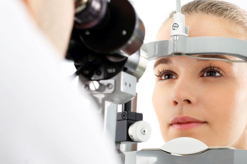 Patientin beim Augenarzt