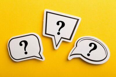Drei Sprechblasen mit Fragezeichen