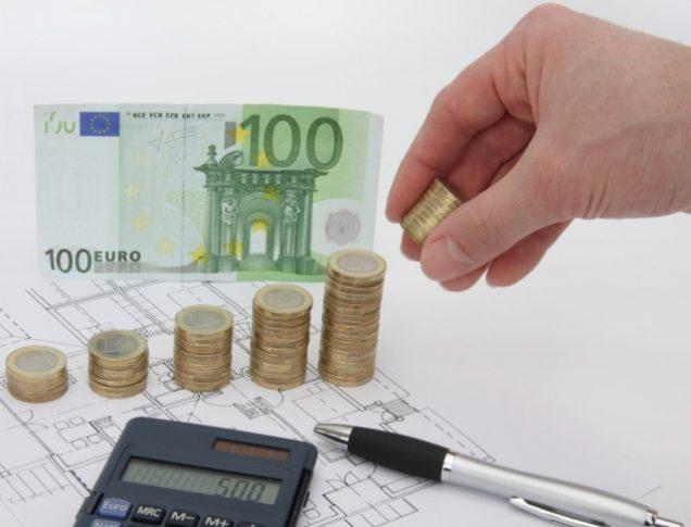 Geldscheine und Türme aus Geldmünzen