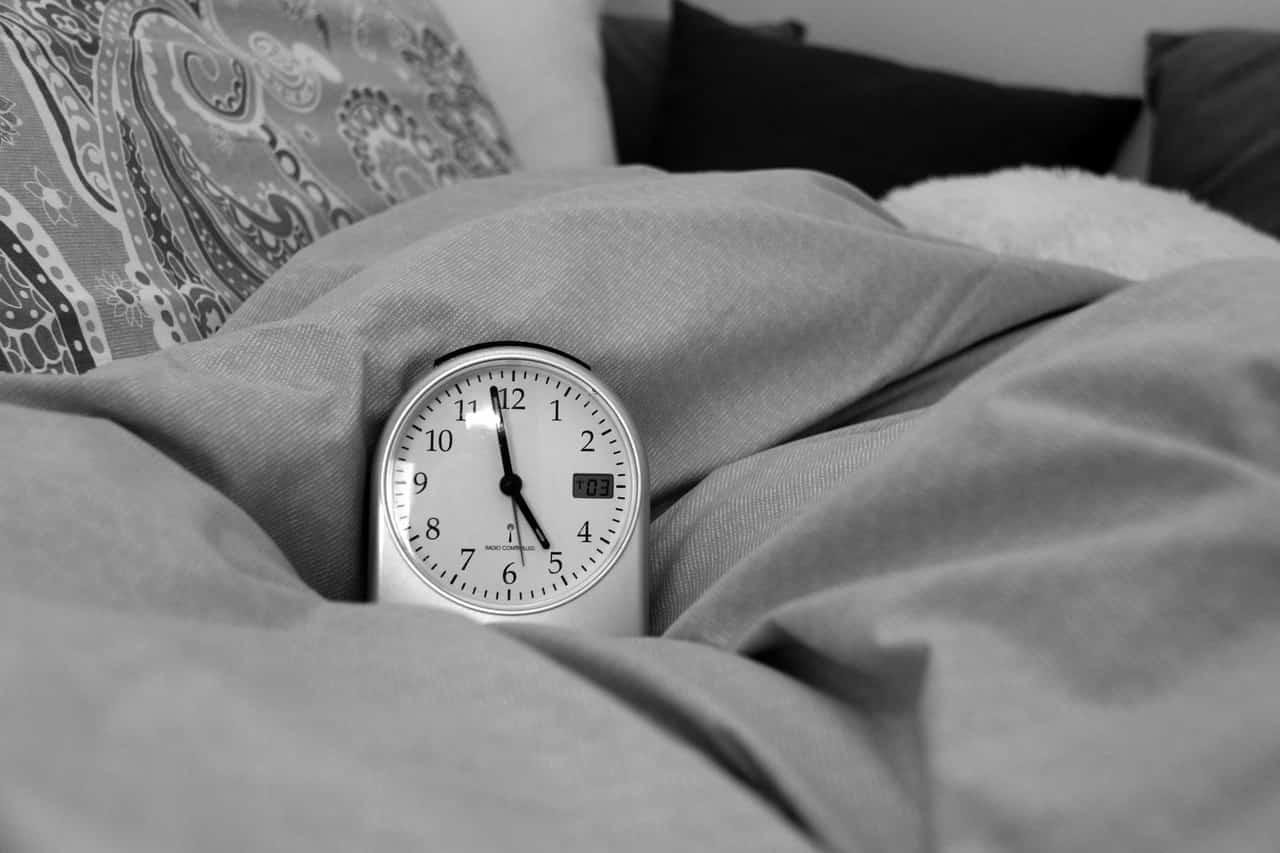 Wecker auf einem Bett