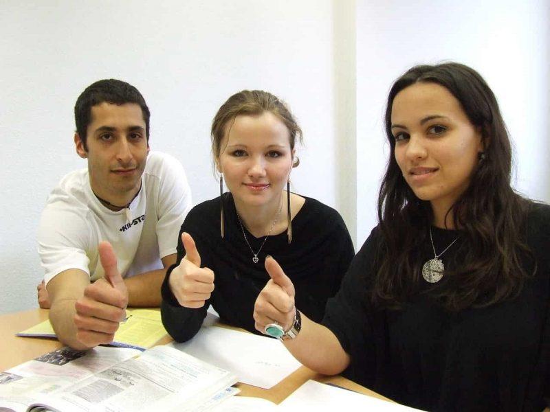 Schüler und Praktikanten mit Daumen hoch