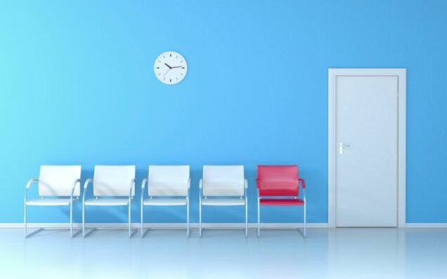 Leere Stühle im Wartezimmer