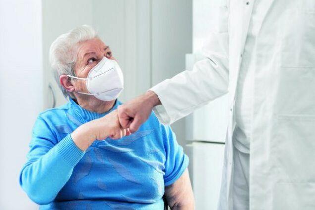 Seniorin, Patientin, Arzt, Corona-Maske