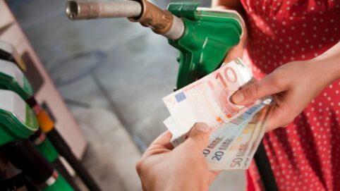 Geldscheine und Tankstutzen