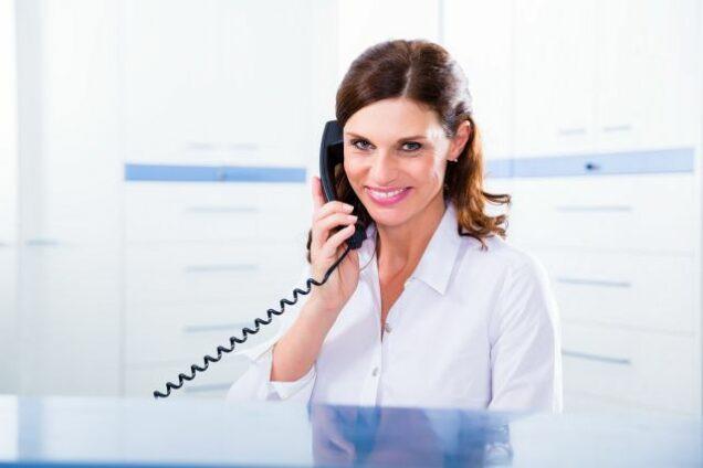 MFA telefoniert in der Arztpraxis