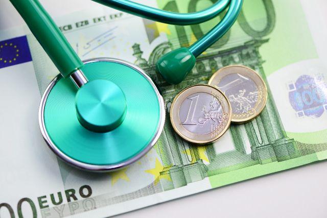 Stethoskop mit Geldscheinen Euro