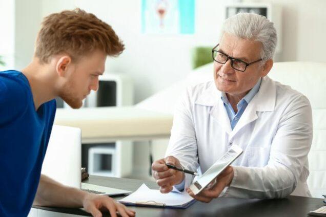 Arzt befüllt elektronische Patientenakte