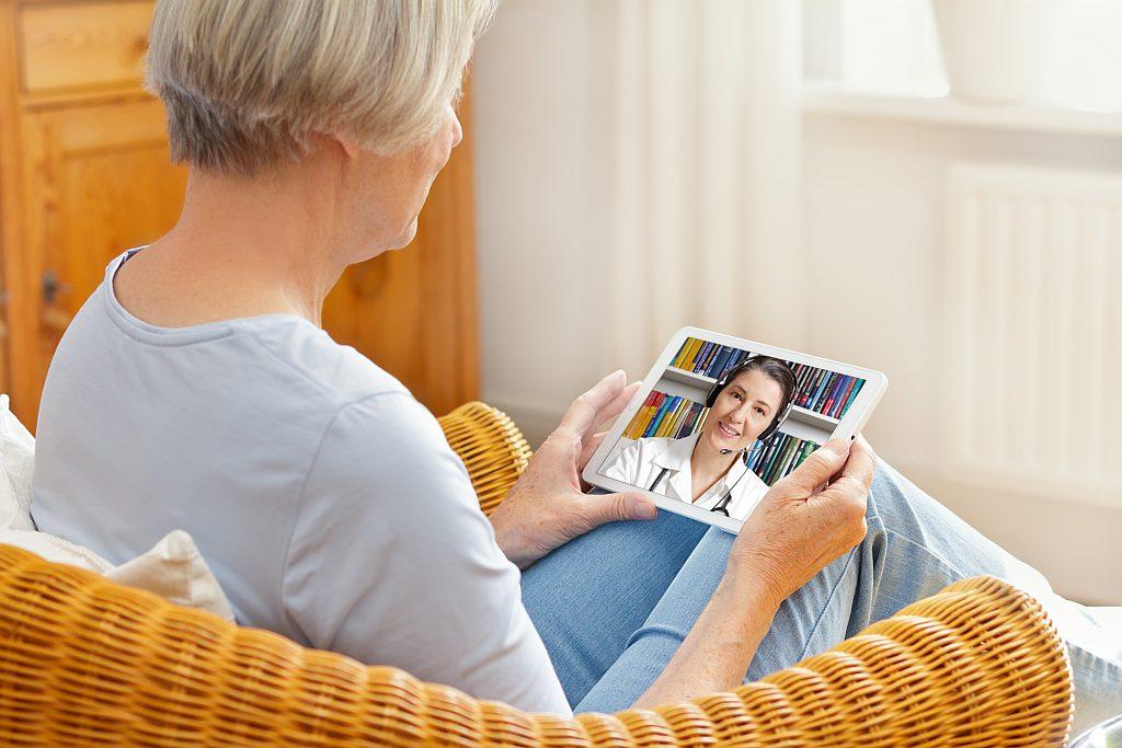 Patientin mit Tablet bei einer Videosprechstunde