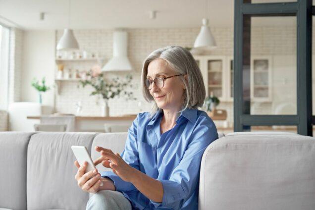 Frau tippt auf ihrem Smartphone