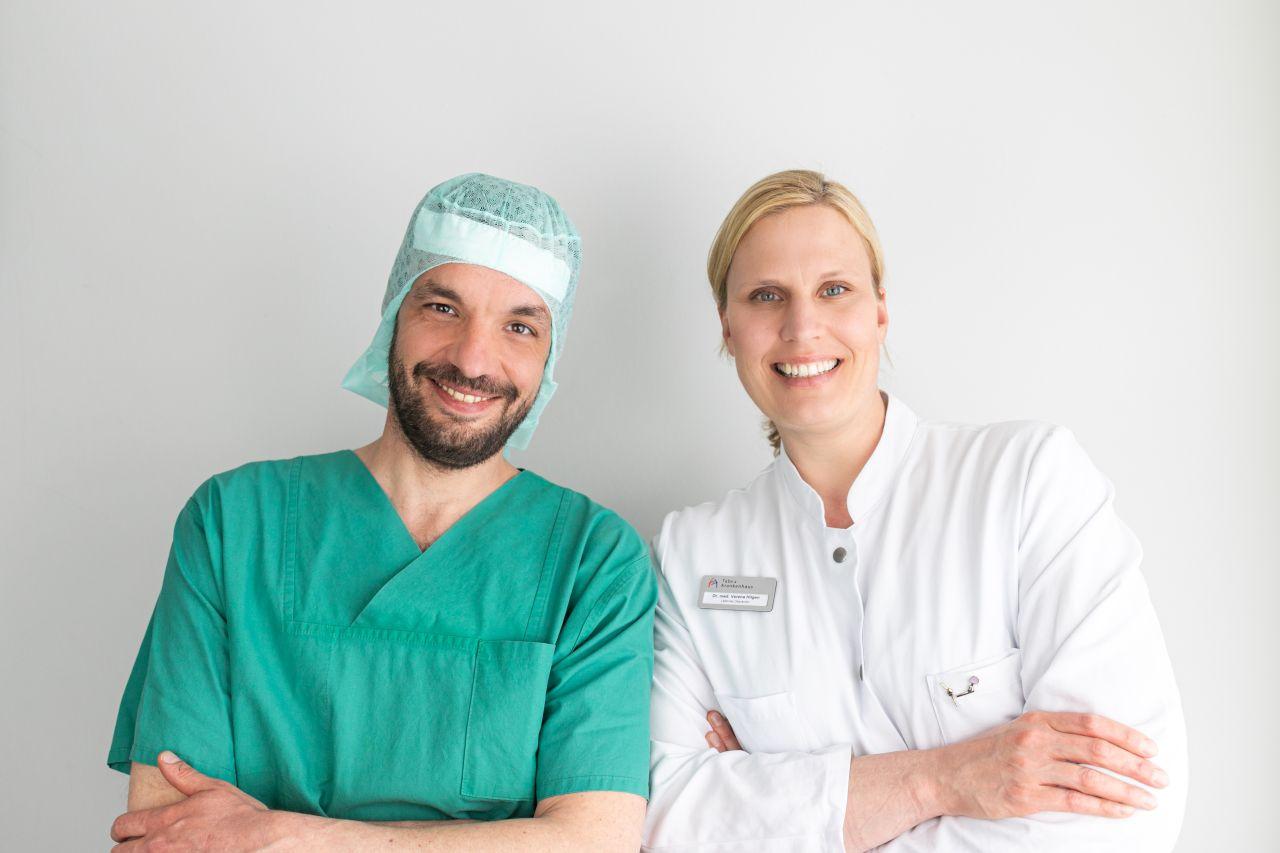 Senior-Operateurin Verena Hilgen und OTA Hannes Bergfeld