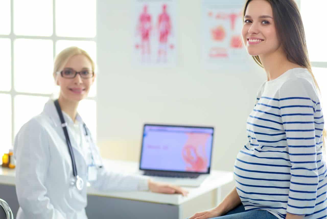 Schwangere bei der Ärztin
