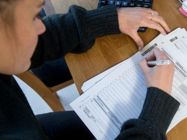 Junge Frau macht ihre Steuererklärung