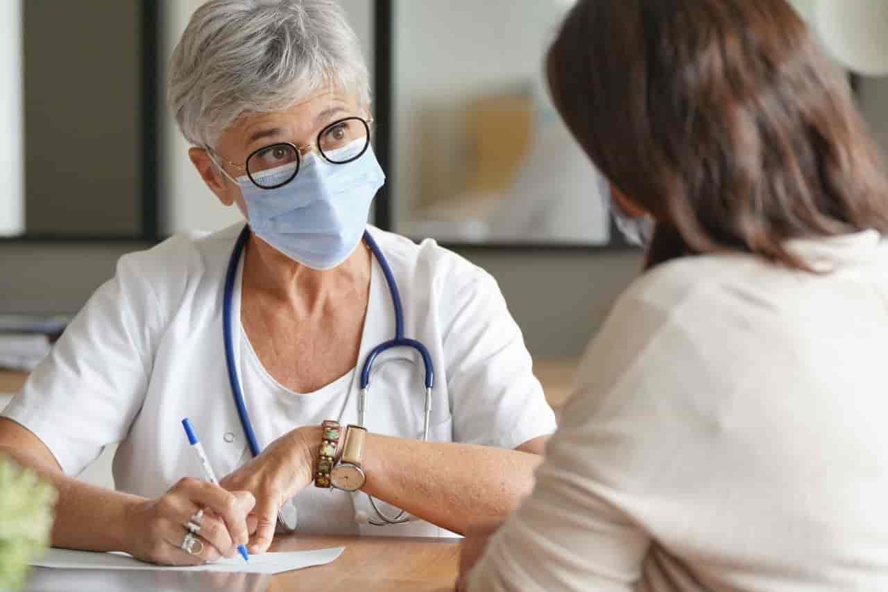 Ärztin mit Schutzmaske