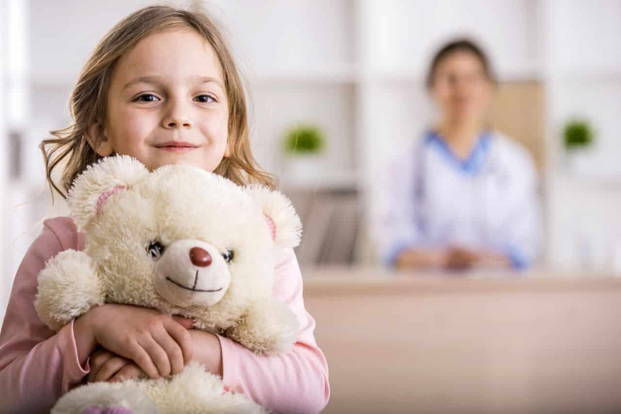 Kind mit Teddy in Arztpraxis