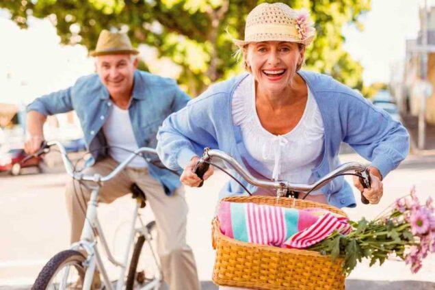 Senioren beim Fahrradfahren