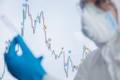 Arzt mit Chart im HIntergrund