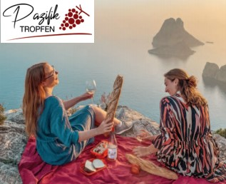 Zwei Frauen mit einer Flasche Pazifiktropfen beim Picknick am Meer