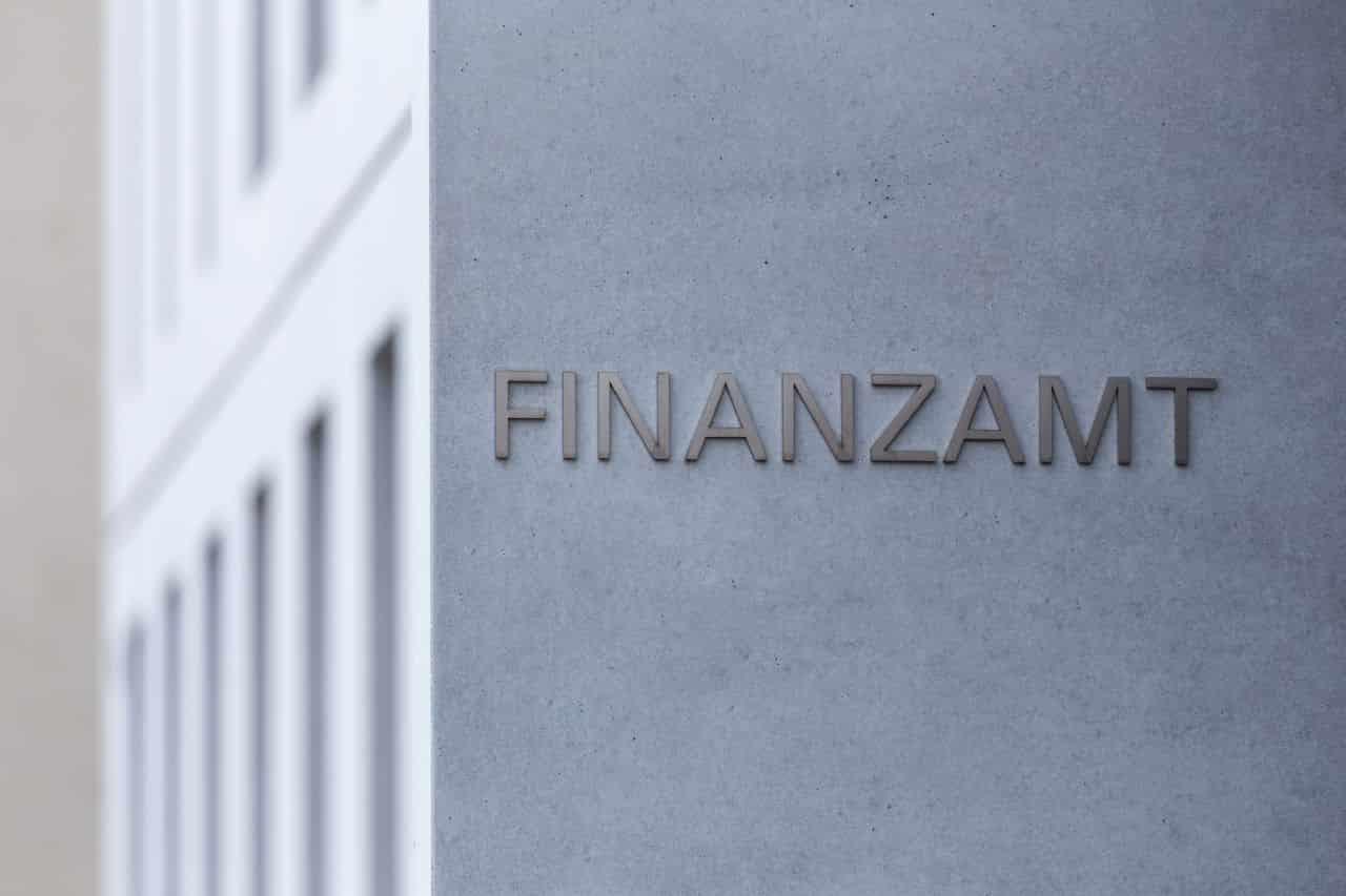 Gebäude mit der Aufschrift FInanzamt