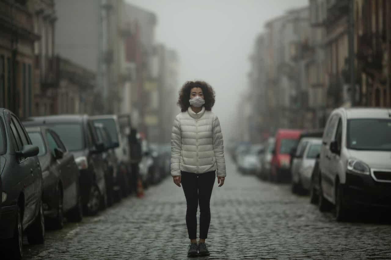 einsame Frau mit Maske während der Pandemie