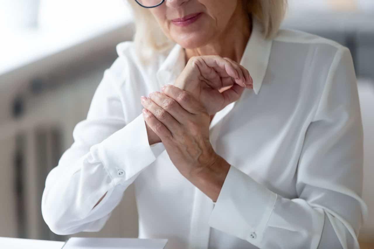 Frau mit Gelenkschmerzen