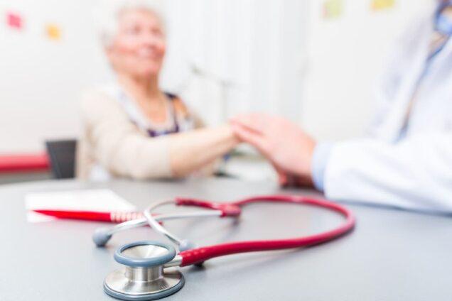 Ältere Patientin, Arzt, Stethoskop, Vertrauen