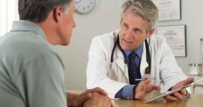 Arzt und Patient in einem Aufklärungsgespräch