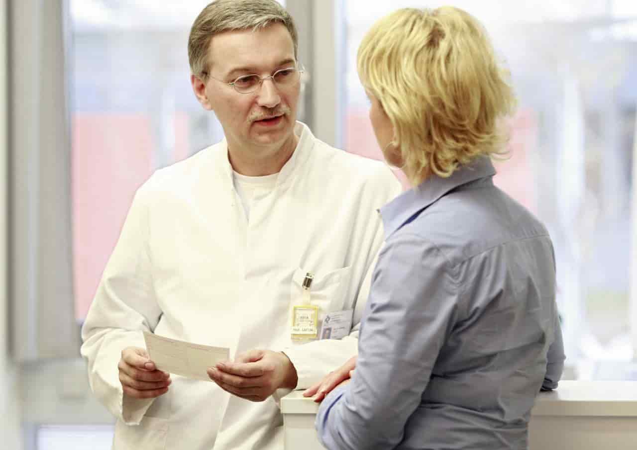 Arzt und Patientin mit Rezept