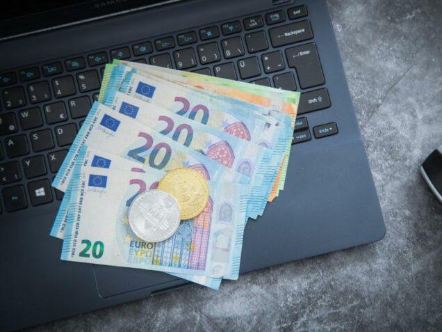 Geldscheine und ein Notebook