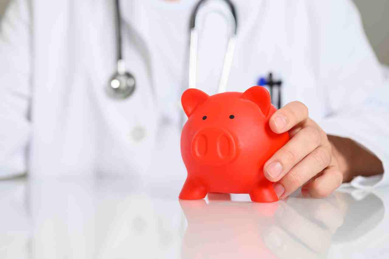 Arzt mit Sparschwein