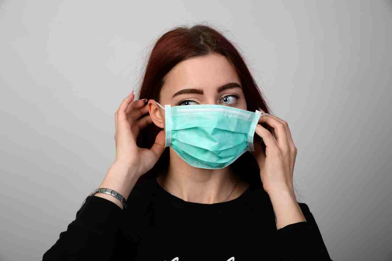 Frau mit medizinischer Maske