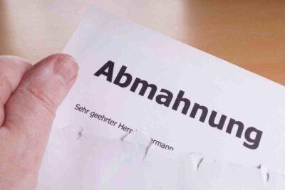 geöffneter Briefumschlag mit Abmahnung