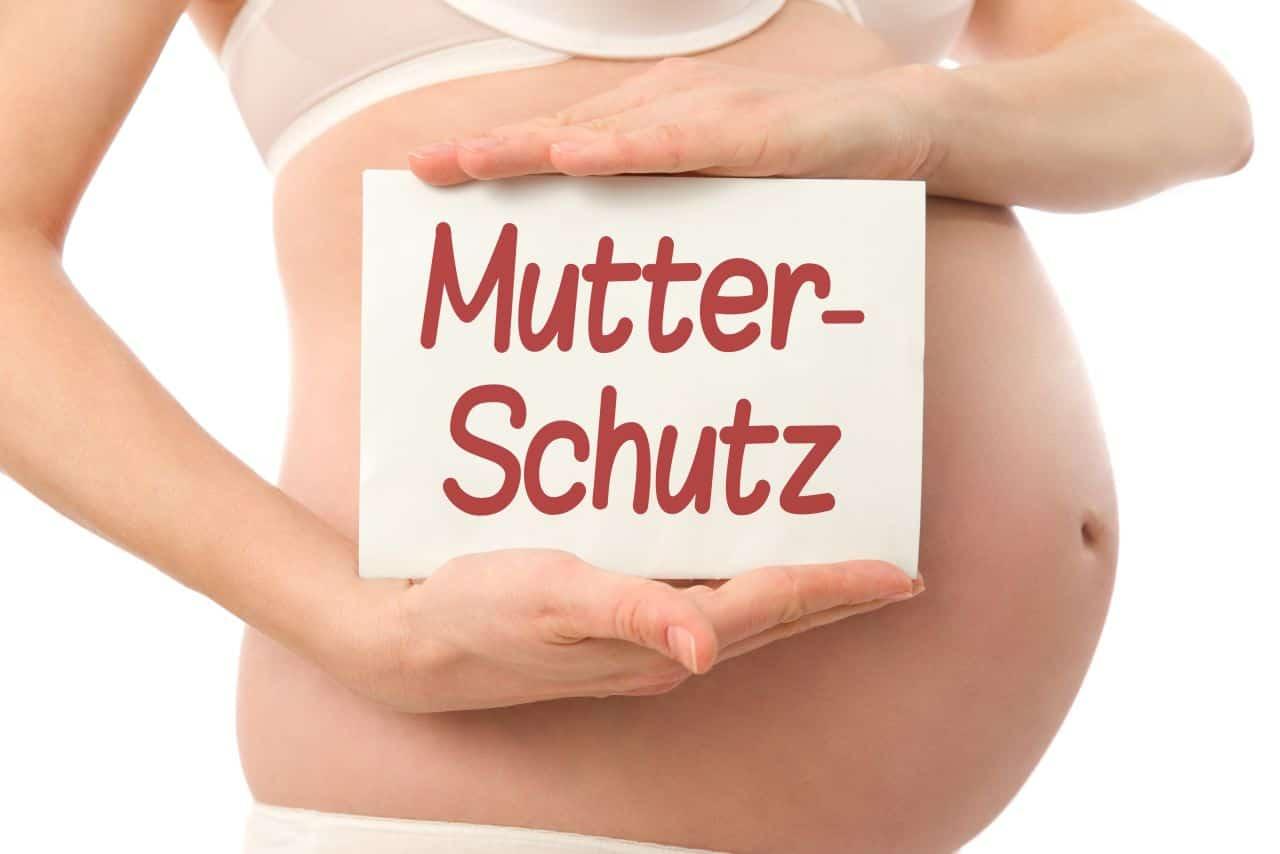 Schwangere hält Schild mit der Aufschrift Mutterschutz