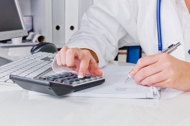 Ärztin rechnet mit Taschenrechner