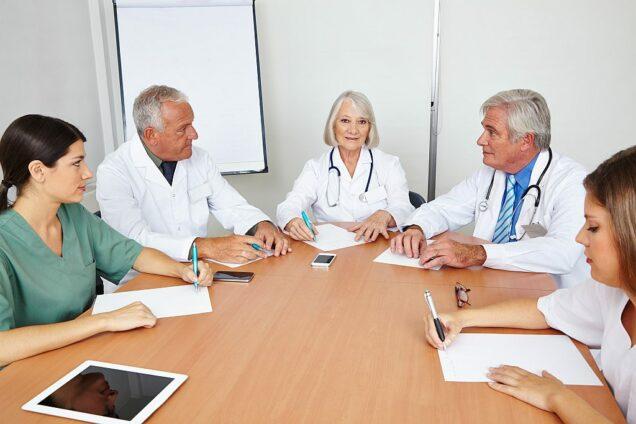 Ärzte einer Berufsausübungsgemeinschaft am Tisch