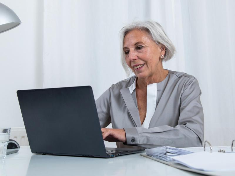 Ältere Frau am Notebook